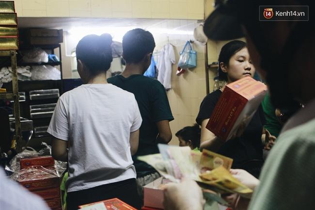 Sát Tết Trung thu, người Hà Nội xếp hàng dài cả cây số, chen nhau chờ mua bánh Bảo Phương - Ảnh 17.