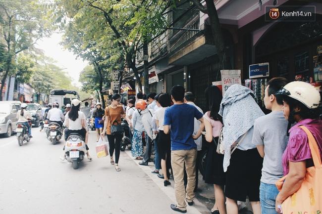 Sát Tết Trung thu, người Hà Nội xếp hàng dài cả cây số, chen nhau chờ mua bánh Bảo Phương - Ảnh 18.