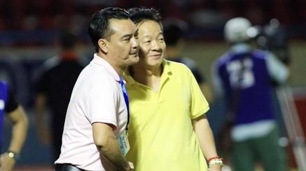Bầu Hiển (phải) chúc mừng chủ tịch CLB Hà Nội T&T Nguyễn Quốc Hội sau chiến thắng quan trọng trước Quảng Ninh cuối tuần qua. Ảnh: VSI