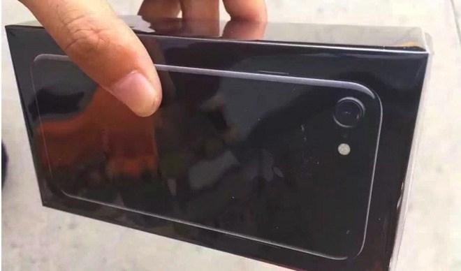 """Xuất hiện ảnh """"đập hộp"""" đầu tiên của iPhone 7 Jet Black"""
