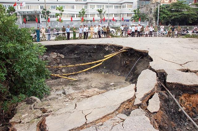 Ngay khi phát hiện hố tử thần, TP Cẩm Phả đã tổ chức phong tỏa để đảm bảo an toàn cho người dân (ảnh báo Quảng Ninh)