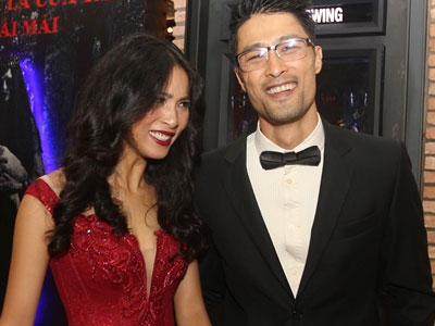 Johnny Trí Nguyễn ngại ngùng bên bạn gái ở sự kiện