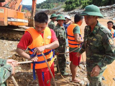 Thợ lặn từ Đà Nẵng tìm kiếm nạn nhân Sông Bung 2