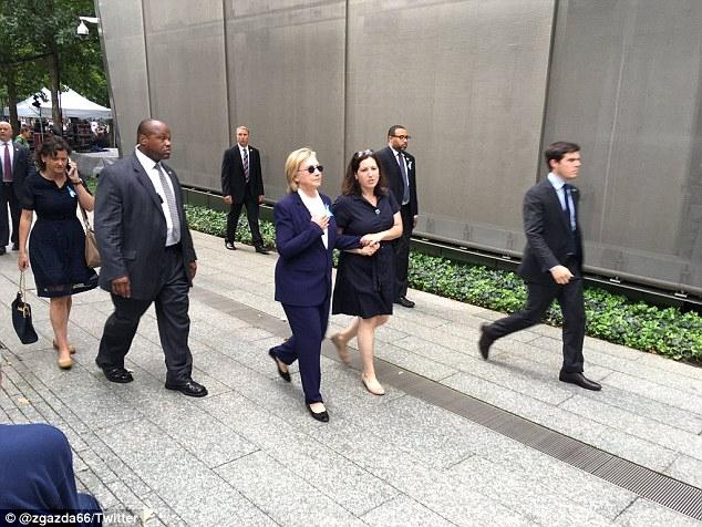 Người phụ nữ đi cạnh dường như đang bắt mạch cho bà Clinton. (Ảnh: Twitter)