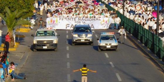 Cậu bé 12 tuổi lấy thân mình chặn đoàn diễu hành phản đối luật cho phép hôn nhân đồng giới - Ảnh 1.