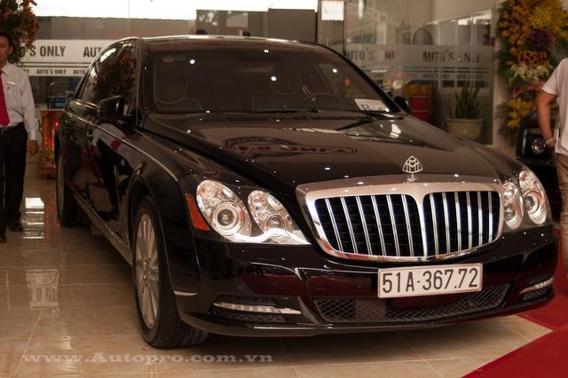 Ngoài 3 chiếc Rolls-Royce, bố chồng Hà Tăng còn sở hữu chiếc xe siêu sang khác là Maybach 62S, chiếc xế khủng thuộc đời 2012 với những nâng cấp nhỏ như lưới tản nhiệt của xe có 13 nan thay cho 11 nan như bản cũ, dãy đèn LED chiếu sáng ban ngày.