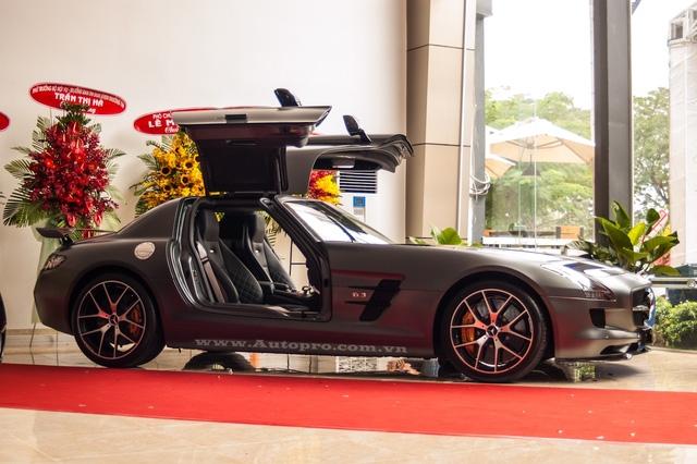 Ngoài 5 chiếc xe siêu sang, bố chồng Hà Tăng còn từng khiến giới chơi xe ngả mũ thán phục khi mua tặng chiếc Mercedes-Benz SLS AMG GT Final Edition tặng cho con trai của mình. Nhiều người đồn đoán siêu xe hàng độc thuộc sở hữu của con trai út là Phillip Nguyễn.