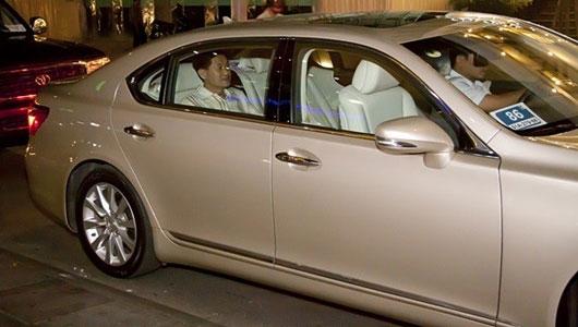 Bố chồng Hà Tăng ngồi ghế sau trên chiếc Lexus LS460. Ảnh: Facebook.