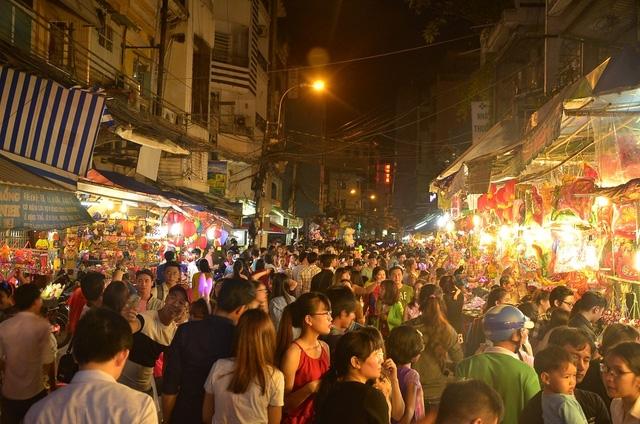 Hàng nghìn người đổ về phố lồng đèn trước đêm Trung Thu