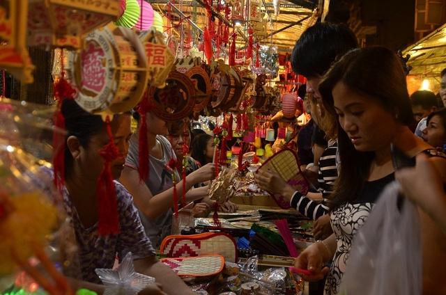Các mặt hàng đèn truyền thống với chất liệu giấy và gỗ hút khách