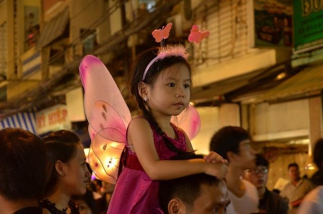 Một số em nhỏ được bố mẹ cõng lên vai để tham quan phố lồng đèn