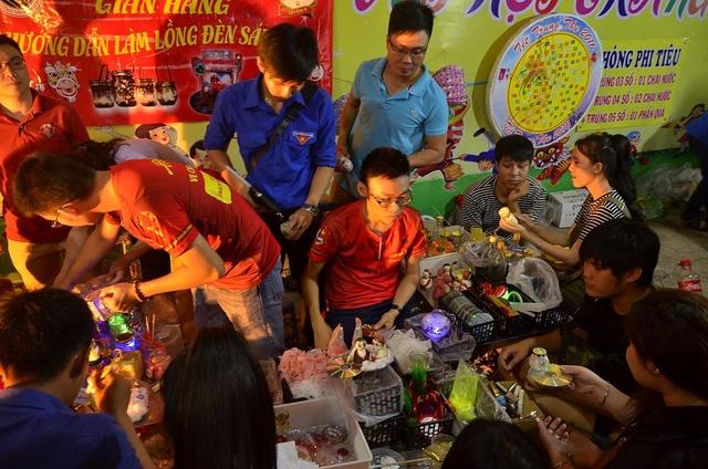 Nhiều bạn trẻ được tự tay làm những chiếc lồng đèn theo ý thích của mình