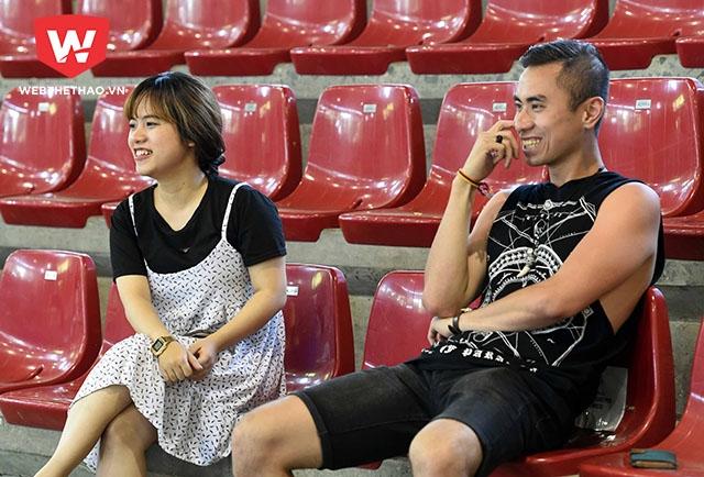 Hai CĐV Việt Nam xuất hiện trên khán đài cổ vũ tinh thần cho các tuyển thủ.