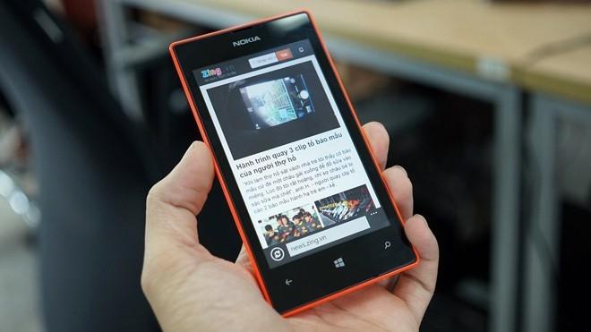 Giá bán của Lumia 525 hiện ngang với một chiếc di động phổ thông. Ảnh: Duy Tín.