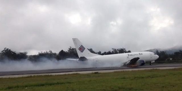 Máy bay kéo lê trên đường băng (Ảnh: makassarterkini)