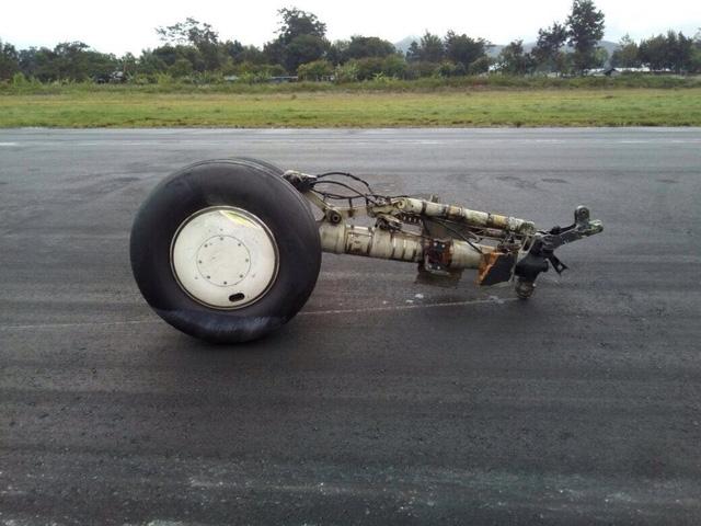 Máy bay bị gẫy rời cần hạ cánh (Ảnh: fajaronline)