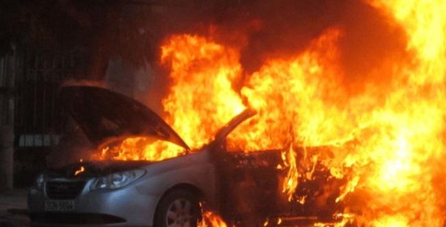 Ô tô 4 chỗ cháy tại sân bay quốc tế Nội Bài, 1 người tử vong - Ảnh 1.