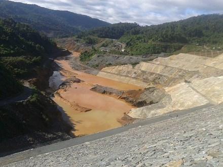 Khoảng 17h ngày 13/9, đường ống dẫn dòng của nhà máy thủy điện sông Bung 2 tại xã Zuôih, huyện Nam Giang (Quảng Nam) bị vỡ.
