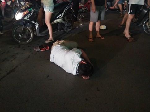 Va quẹt xe, người đàn ông bị nhóm thanh niên đánh dã man, gục trên đường - ảnh 1