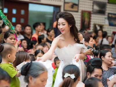 Hoa hậu Mỹ Linh diện đầm công chúa đi thăm bệnh nhi