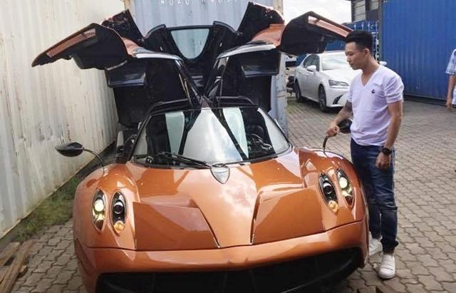 Minh Nhựa bên cạnh siêu xe Pagani Huayra đang gây chấn động giới chơi xe Việt trong ngày 14/09.