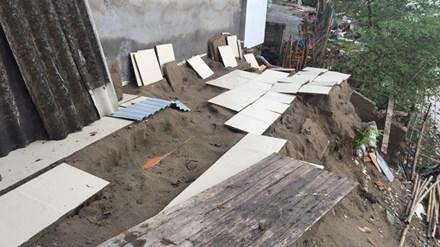 Hiện trường ngôi nhà bị cuốn trôi xuống sông Hồng tại ngõ 975 đường Bạch Đằng.