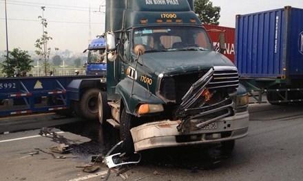 Chiếc xe container biến dạng phần đầu sau tai nạn.
