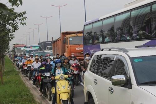 Liên tiếp tai nạn trong buổi sáng, xa lộ Hà Nội ùn tắc kinh hoàng - ảnh 3