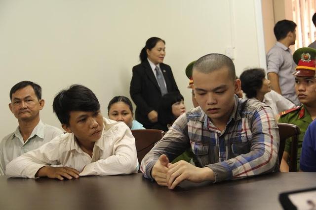 Bị cáo Tuấn (áo sọc) và bị cáo Tân tại phiên tòa