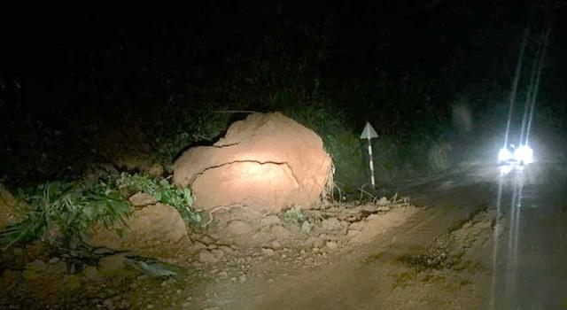 Tối 14/9, đất đá rơi từ trên núi xuống quốc lộ 48.