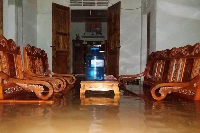 Nước lũ vào một số nhà dân xã Mường Noọc, huyện Quế Phong.