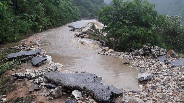 Tuyến đường vào xã Châu Kim, Nậm Giải bị hư hỏng sau lũ.