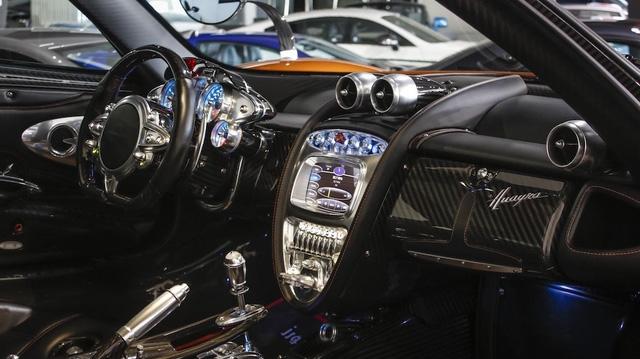 Pagani Huayra là mẫu siêu xe được trang bị thiết kế nội thất có một không hai. Bên trong thần gió là sự kết hợp hoàn hảo giữa các vật liệu như da, kim loại, sợi carbon, máy móc trần trụi và màn hình kỹ thuật số cỡ lớn ngay bảng điều khiển trung tâm.