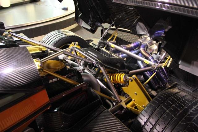 """Trái tim"""" của siêu xe Pagani Huayra là khối động cơ V12 Biturbo, dung tích 6.0 lít tiêu chuẩn do Mercedes-AMG sản xuất. Động cơ sản sinh công suất tối đa 720 mã lực và mô-men xoắn cực đại 1.000 Nm. Nhờ đó, Pagani Huayra có thể tăng tốc từ 0-100 km/h trong 2,8 giây và đạt vận tốc tối đa 370 km/h. Tuy nhiên, những thông số về tốc độ của Huayra vẫn còn kém xa ông hoàng tốc độ Bugatti Veyron."""