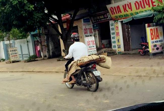 Vụ cuốn chiếu thi thể trên xe máy: Bệnh nhân tử vong trên đường về nhà chứ không phải ở bệnh viện - Ảnh 2.