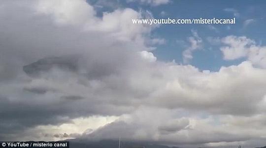 Vật thể lạ màu đen xuất hiện trong đám mây khiến nhiều người liên tưởng đến tàu bay của người ngoài hành tinh