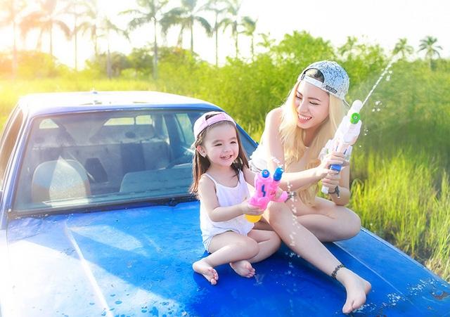 Trần Ngọc Kim Chi sinh ngày 13/6/2014. Cô bé rất thích học và xem các chương trình giải trí bằng Tiếng Anh. Mới hai tuổi, bé Chi đã biết tự đếm số, kể các loại màu sắc bằng Tiếng Anh.