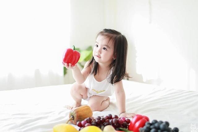 Với ngoại hình xinh xắn, đáng yêu, bé Chi trở thành người mẫu chụp ảnh yêu thích của chị gái.