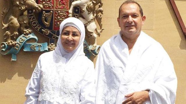 Đại sứ Simon Collis cùng vợ trong trang phục Hồi giáo (Ảnh: Twitter)