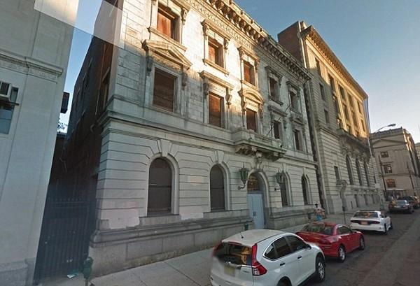 Bên ngoài tòa nhà bị bỏ hoang từng thuộc về sở cảnh sát thành phố Paterson, bên trong vẫn còn những buồng giam dùng để giam giữ tội phạm