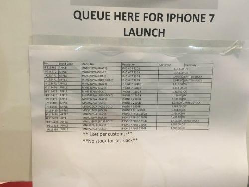 Một cửa hàng Apple ở Singapore thông báo không có màu Jet Black và số lượng iPhone 7 Plus cũng hạn chế trong ngày mở bán.