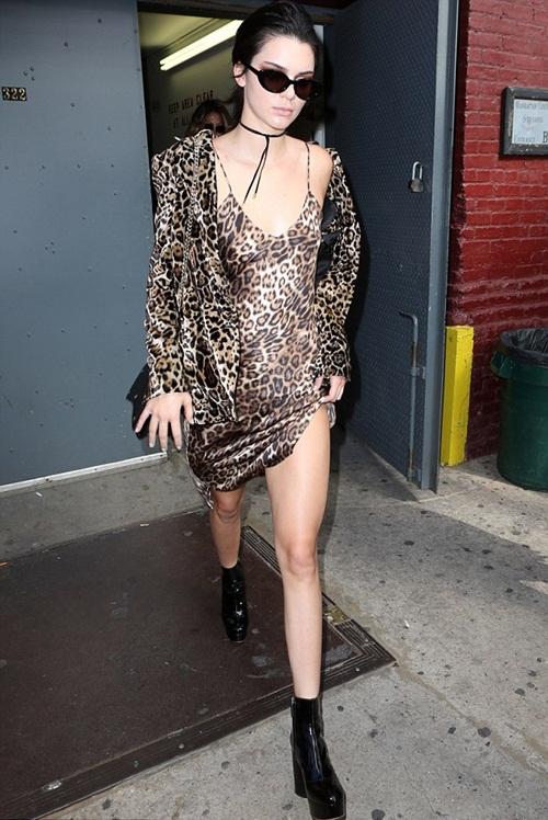 Kendall Jenner, Bella Hadid khoe ngực ở hậu trường thời trang