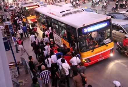 Toàn thành phố Hà Nội mới chỉ có 1,3km đường dành riêng cho xe buýt (Ảnh: Việt Hưng)