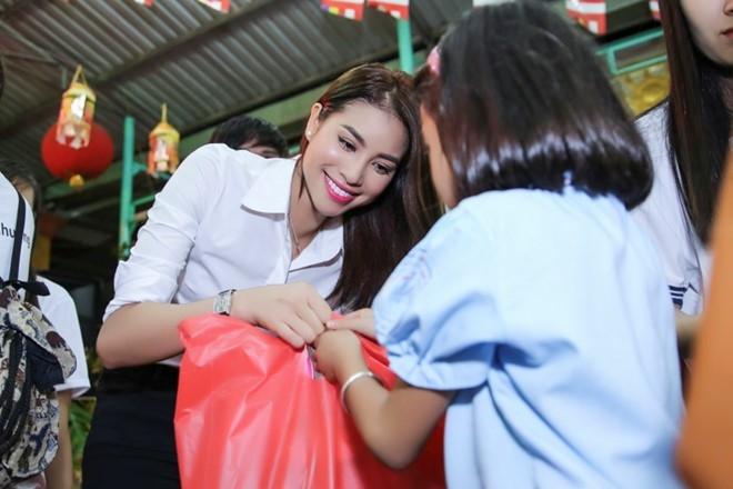 Pham Huong phat qua trung thu cho nguoi ngheo hinh anh 5