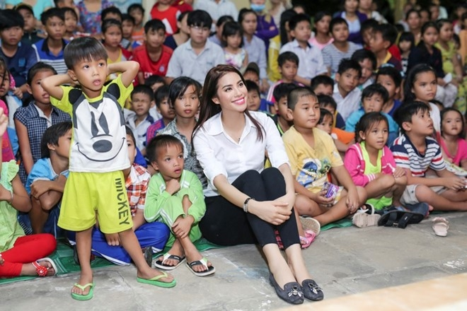 Pham Huong phat qua trung thu cho nguoi ngheo hinh anh 8