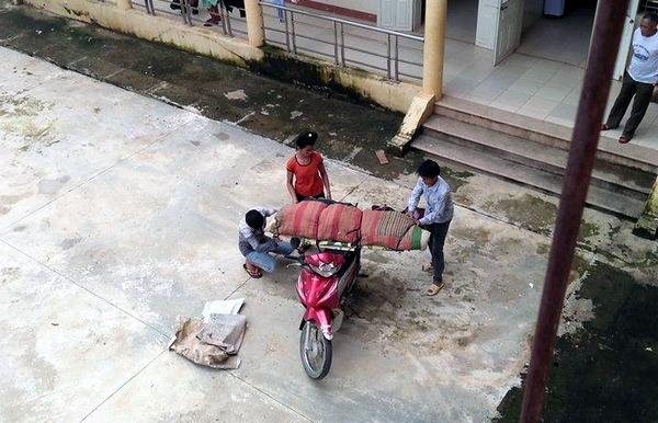 Thi thể bệnh nhân được quấn chăn, đưa bằng xe máy về nhà.