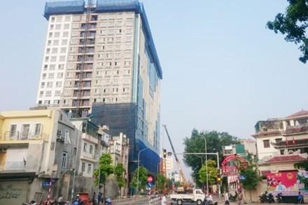Đường Trần Phú - Kim Mã sẽ bị cấm cả ngày phục vụ cho việc lắp đặt cẩu trục tháp phá dỡ phần vi phạm nhà 8B Lê Trực