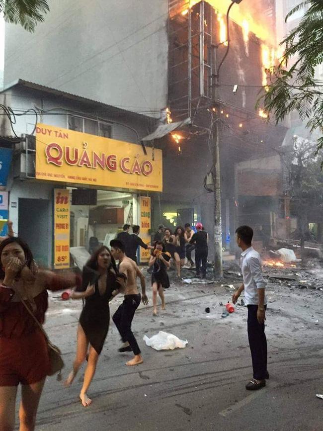 Các cô gái trẻ hốt hoảng tháo chạy khỏi quán karaoke đang cháy dữ dội ở Hà Nội - Ảnh 1.