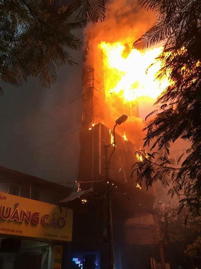 Các cô gái trẻ hốt hoảng tháo chạy khỏi quán karaoke đang cháy dữ dội ở Hà Nội - Ảnh 2.