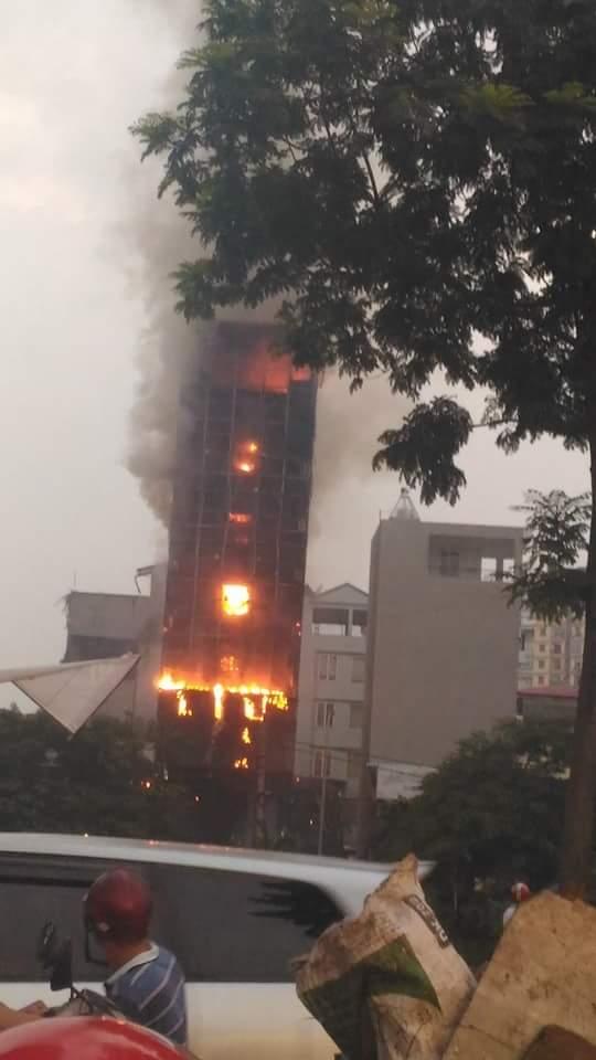 Các cô gái trẻ hốt hoảng tháo chạy khỏi quán karaoke đang cháy dữ dội ở Hà Nội - Ảnh 3.